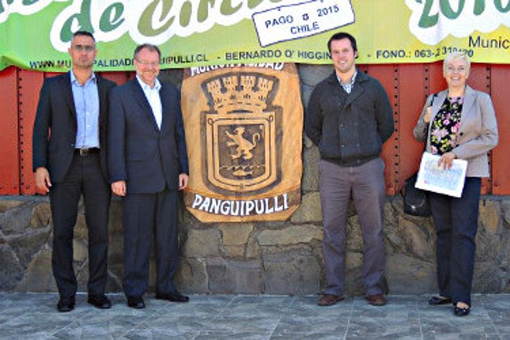 Vor dem Rathaus in Panguipulli warten Dr. Witterauf und Dr. Luther auf den Bauingenieur Pedro Chubretovich, der seit fast zwei Jahren der Verwaltung der Gemeinde vorsteht.
