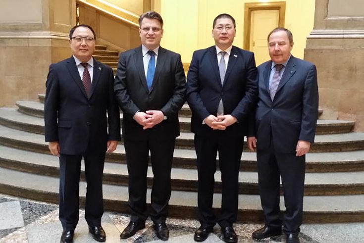 Minister Dorligjav, Staatsminister Bausback, Botschafter Bolor, Honorargeneralkonsul Pitum