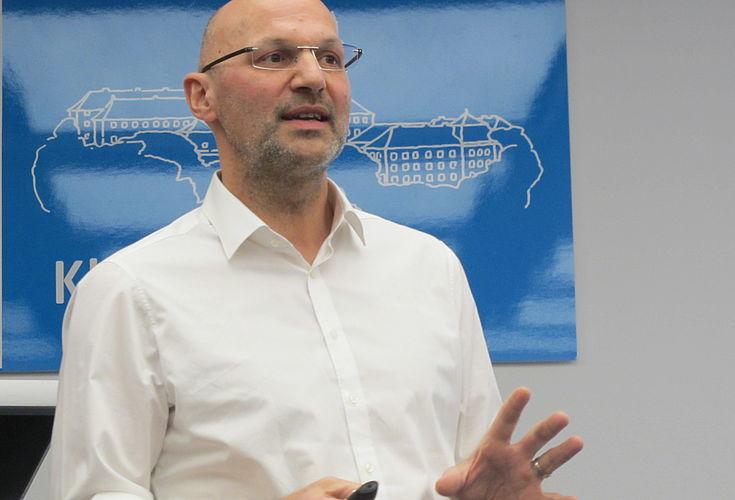 Volker Zepf veranschaulicht den nachhaltigen Umgang mit kritischen Rohstoffen