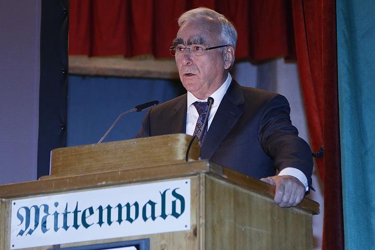 Mann am Rednerpult hält seine Rede
