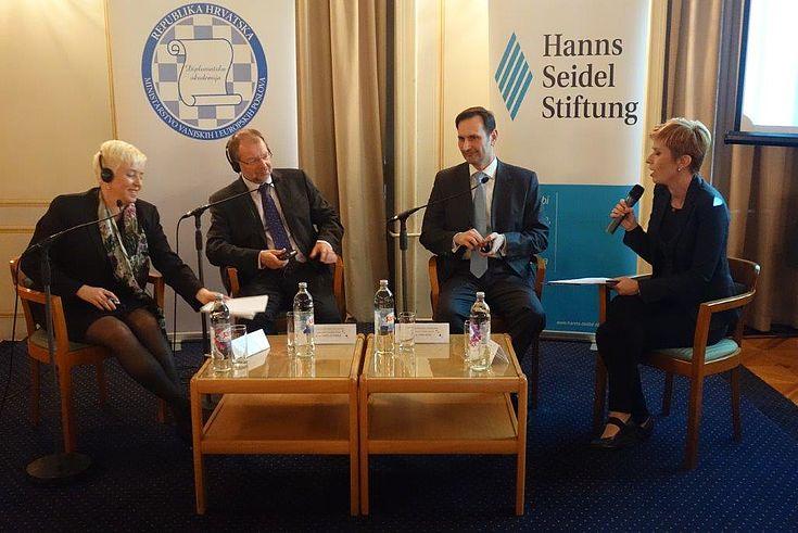 Susanne Luther und Peter Witterauf sitzen an einem Tisch und sind im Gespräch mit Miro Kovać und Mirjana Kasapovic (Journalistin und Moderatorin)