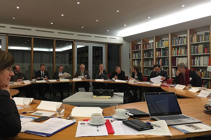 Interdisziplinäre Expertenrunde im Tagungsraum in der Forschungsstätte der Evangelischen Studiengemeinschaft FEST
