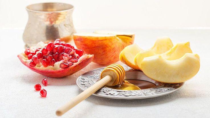 """Damit das Jahr """"süß"""" wird, werden an Rosch Haschana Apfelstücke gegessen, die in Honig getaucht sind."""