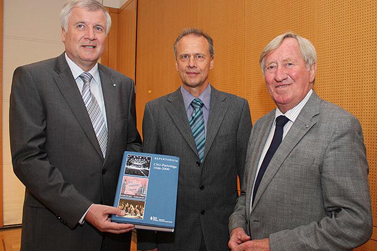 Horst Seehofer, Andreas Bitterhof, Autor des Findbuches, und Hans Zehetmair