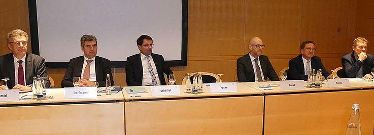 Vertreter aus dem Europaparlament mit bayerischen Vertretern aus Politik, Ministerium, Verband, Kommune und Planung