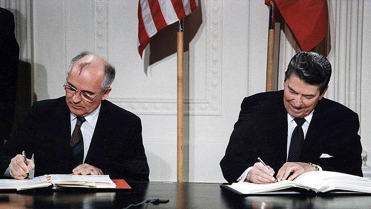 Michail Gorbatschow und Ronald Reagan unterzeichnen den INF Vertrag.