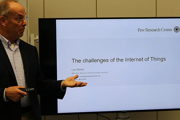 """Prof. Rainie vor Flippchart mit der Aufschrift """"The challenges of the Internet of Things"""""""