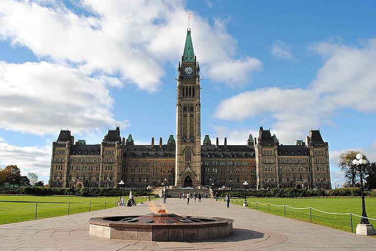 Parlamentsgebäude in Ottawa. Viereckig mit hohem Turm in der Mitte