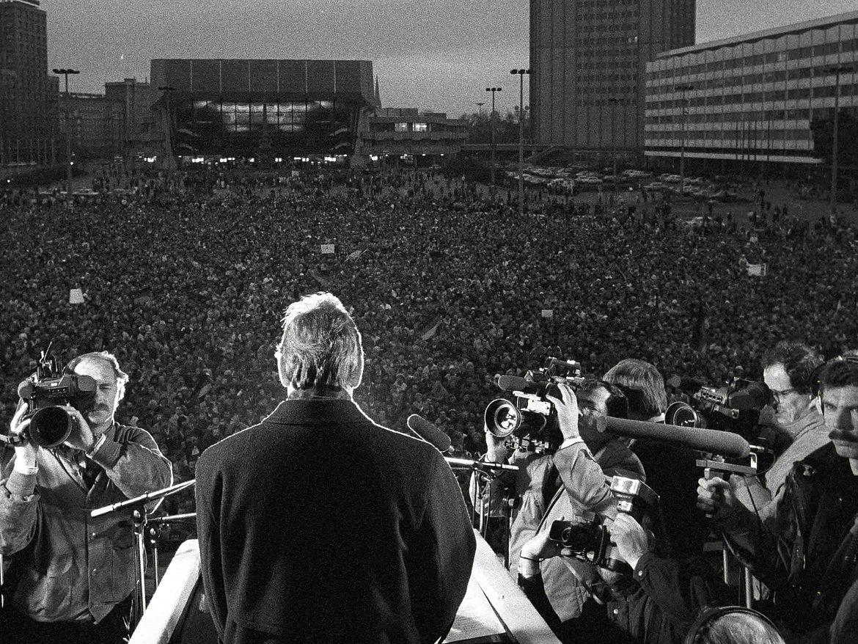 Theo Waigel spricht im Februar 1990 auf dem Karl-Marx-Platz in Leipzig anlässlich des Parteitages der Deutschen Sozialen Union
