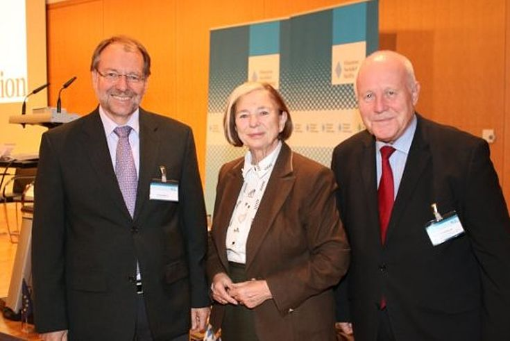 Hauptgeschäftsführer Peter Witterauf, die stellvertretende Vorsitzende Ursula Männle, Ministerpräsident a.D. Georg Milbradt