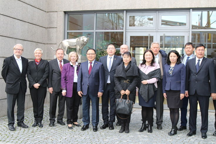 Ursula Männle mit der mongolischen Delegation und bayerischen Experten