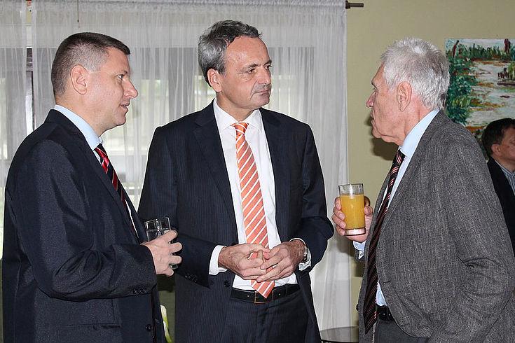 (vlnr) Götz Heinicke, HSS, deutscher Botschafter Gordon und Michael Glos, Bundesminister a.D.