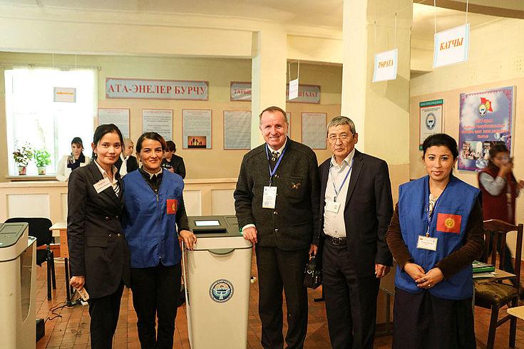 Wahlhelfer und Wahlbeobachter in einem Wahllokal