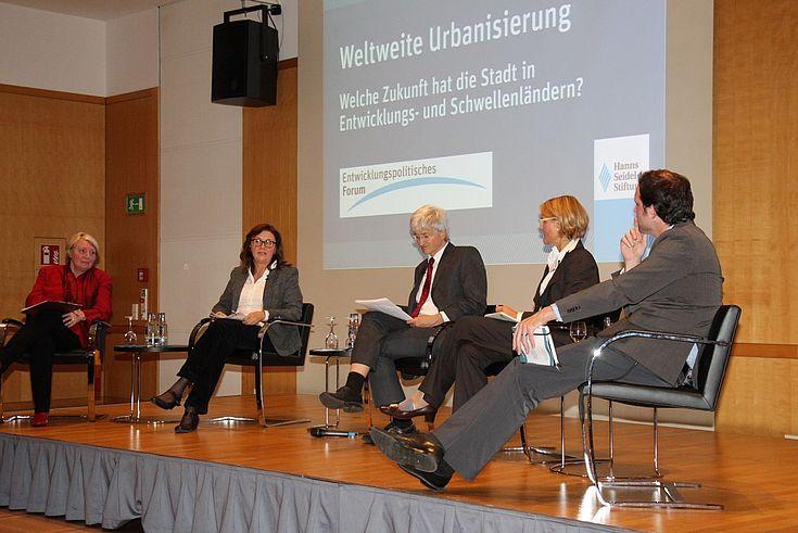 Die Gäste diskutieren, wie Städte nachhaltig und sozial entwickelt werden können.