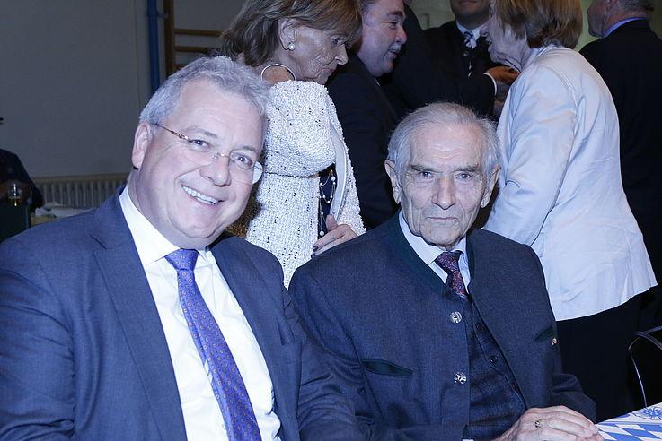 Markus Feber, MdEP mit Alfred Bayer von vorne im Sitzen fotografiert
