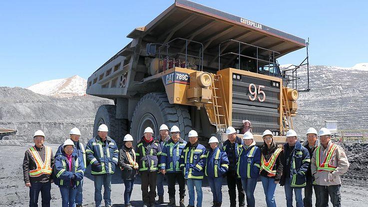 Während der Führung durch die Goldmine Kumtor erfahren Altstipendiaten des Projektes Kirgisistan auch etwas über die Mega-Minen-Laster, die bis zu 450 Tonnen Schutt transportieren können (Foto aus dem Jahr 2018).