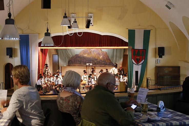 Aus der Zuschauerperspektive: Die Musikkapelle auf der Bühne