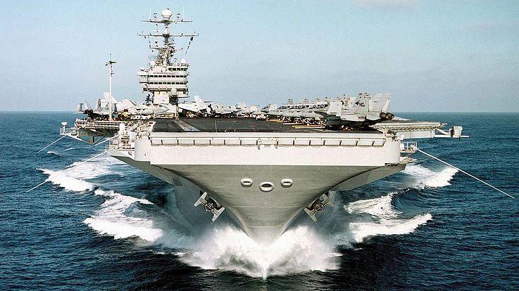 Flugzeugträger: unten schmal, dann unwirklich breit werdend bis zum gewaltigen Deck, auf dem die Flugzeuge geparkt sind.