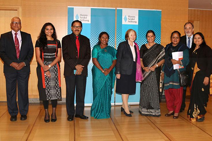 """Ursula Männle (Mitte) mit der indischen Delegation nach der Diskussion am """"Runden Tisch"""""""