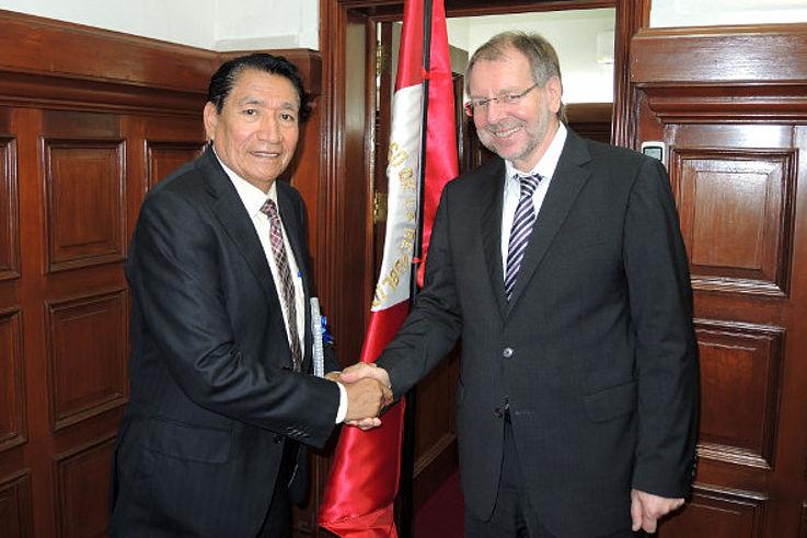 Mariano Portugal (Zweiter Vize-Präsident des Kongresses) und Peter Witterauf begrüßen sich