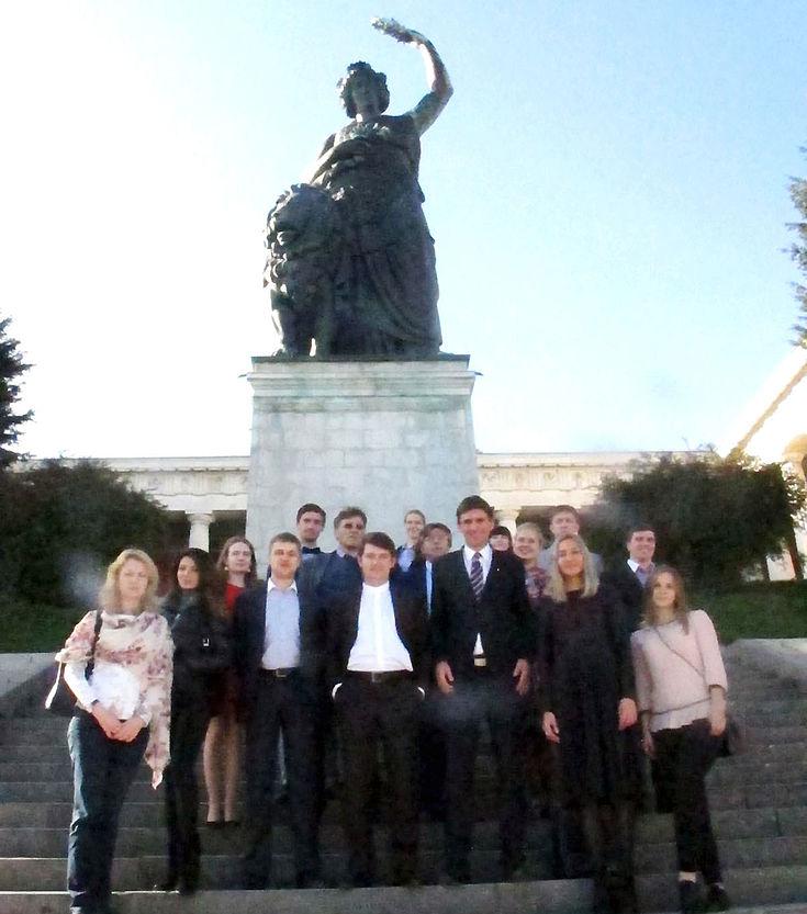 Russische Delegation auf den Stufen vor der Bavaria-Statue über der Theresienwiese in München