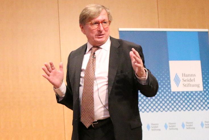 Kerkloh wirbt für die Erweiterung der Start- und Landekapazitäten.