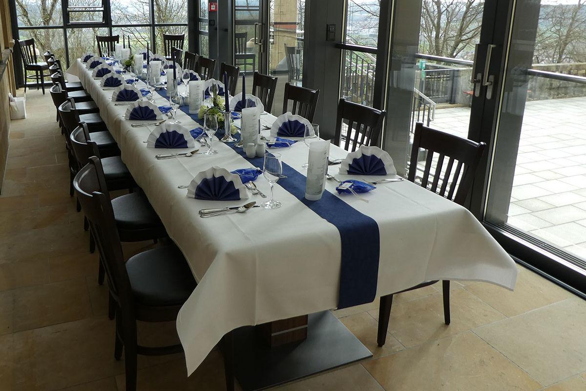 Gourmetmenüs sowie bodenständige Küche im Speisesaal oder in einem der zahlreichen Gewölbesäle