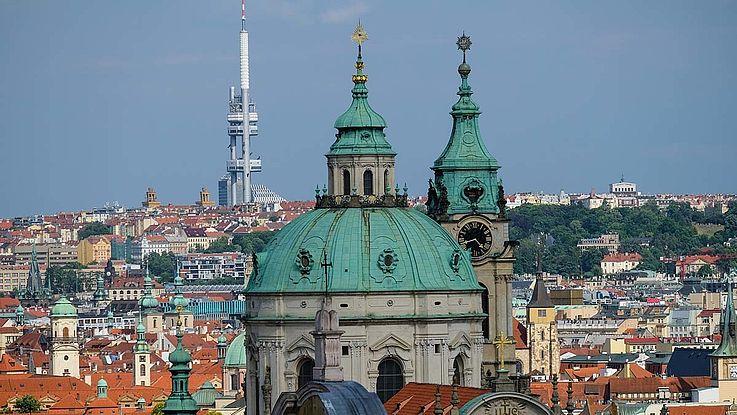 Viele Gebäude und ein Dom in Tschechien