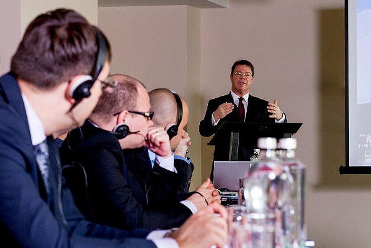 Seminarteilnehmer hören dem Vortrag von Oliver Groß zu