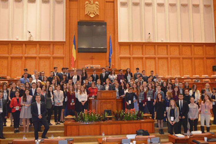 Teilnehmer des Jugendparlaments befinden sich im Plenarsaal des rumänischen Parlamentes