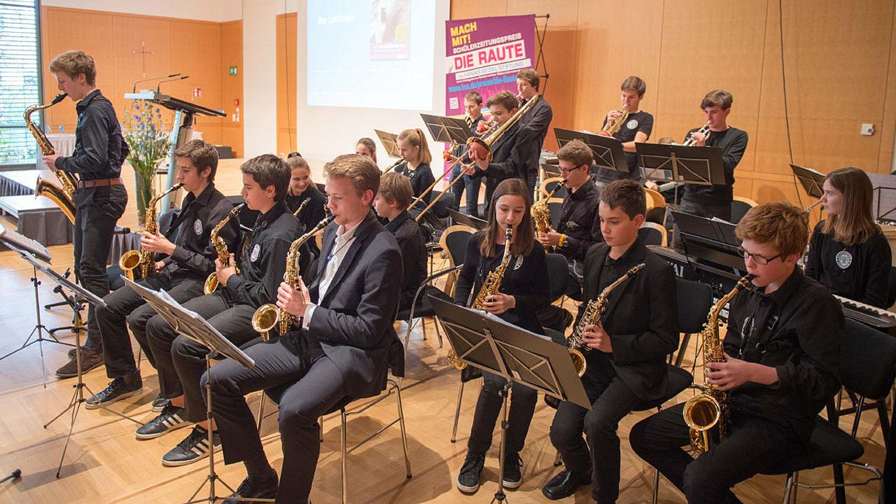 Die Blechbläser der Big Band sorgen für gute Stimmung im Saal