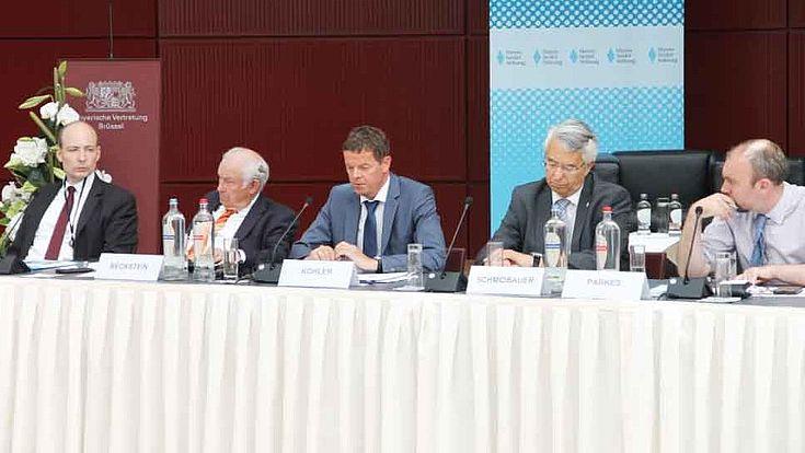 Markus Ehm, Günther Beckstein, Kriminaldirektor Lothar Köhler, Landespolizeipräsiden Wilhelm Schmidbauer und Moderator Roderick Parkes diskutierten auf einem Workshop über Innere Sicherheit in Europa.