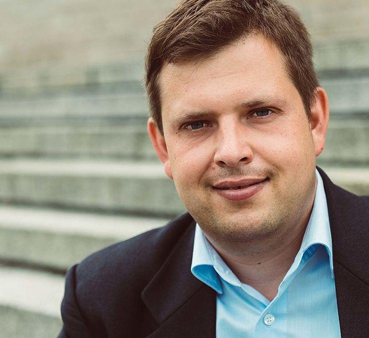 """Markus Kaiser, geboren 1978 in Nürnberg, ist Professor für digitalen Journalismus, Medieninnovationen und Change-Prozesse in der Kommunikationsbranche an der Technischen Hochschule Nürnberg, Berater für Social Media sowie Change Management und Lehrbeauftragter an verschiedenen Universitäten. Zuvor war er Leiter des MedienNetzwerk und MedienCampus Bayern, Pressesprecher einer Behörde und Redakteur bei der Nürnberger Zeitung. Von ihm erschienen sind unter anderem die Bücher """"Innovation in den Medien"""", """"Recherchieren"""", """"Transforming Media"""" und """"Chatbots im Journalismus und in der Public Relations"""". www.markus-kaiser.org"""
