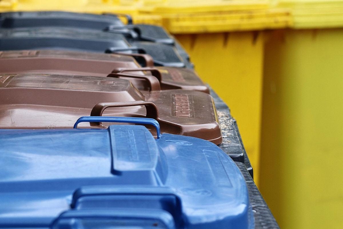 Drei verschiedene Mülltonnen stehen zur Mülltrennung bereit.