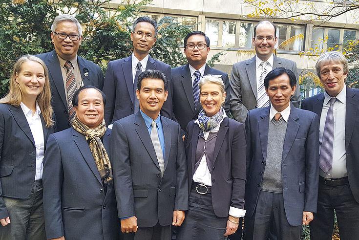 Die Präsidentin des Verwaltungsgerichtes München, Andrea Breit (4.v.r), heißt die Delegation aus Laos willkommen