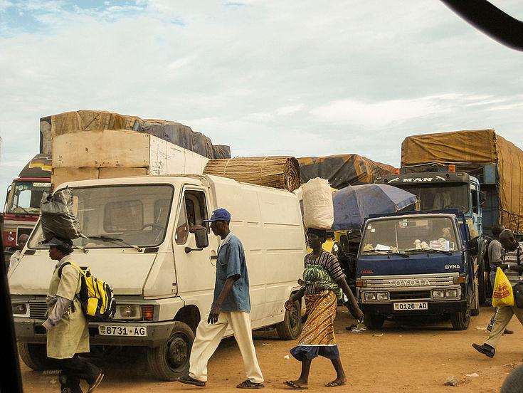 Straßenhandel in Togo mit Händlern und Käufern