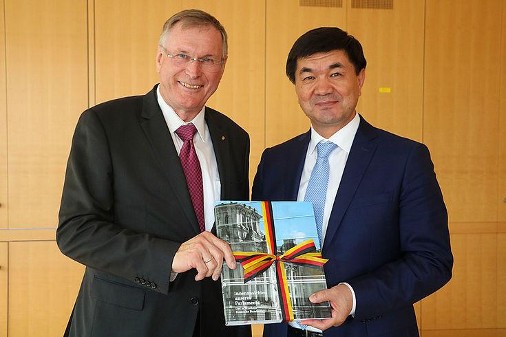 Johannes Singhammer überreicht Mukhammetkalyi Abulgaziev ein Geschenk während ihres angeregten Gesprächs über die deutsch-kirgisischen Beziehungen