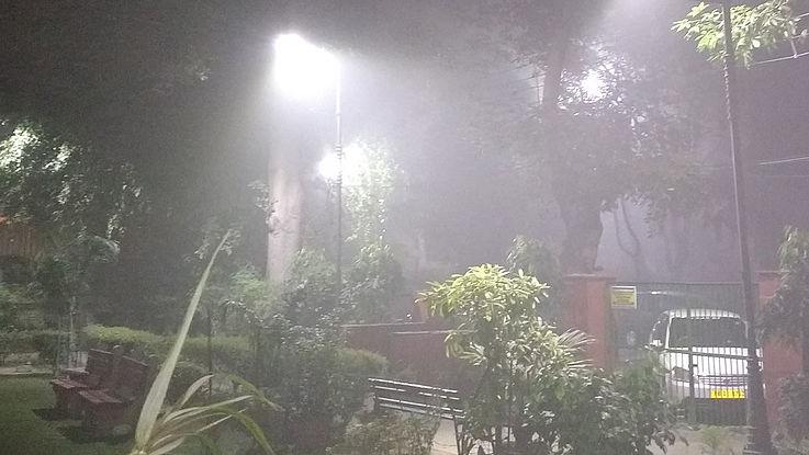 Kleiner Park, der im dichten Smog verschwindet.