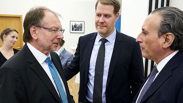 Gruppe dreier Männer in Anzügen. Links Peter Witterauf (HSS-Generalsekretär), in der Mitte Dr. Alexander Wolf und rechts ein eleganter Gast des Botschafterempfangs