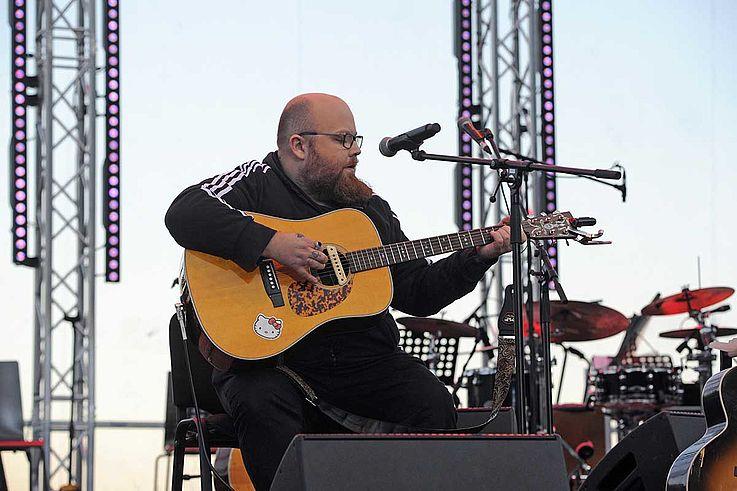 Kümmert auf der Bühne, Gitarre, Trainingsanzug, rebellisch.