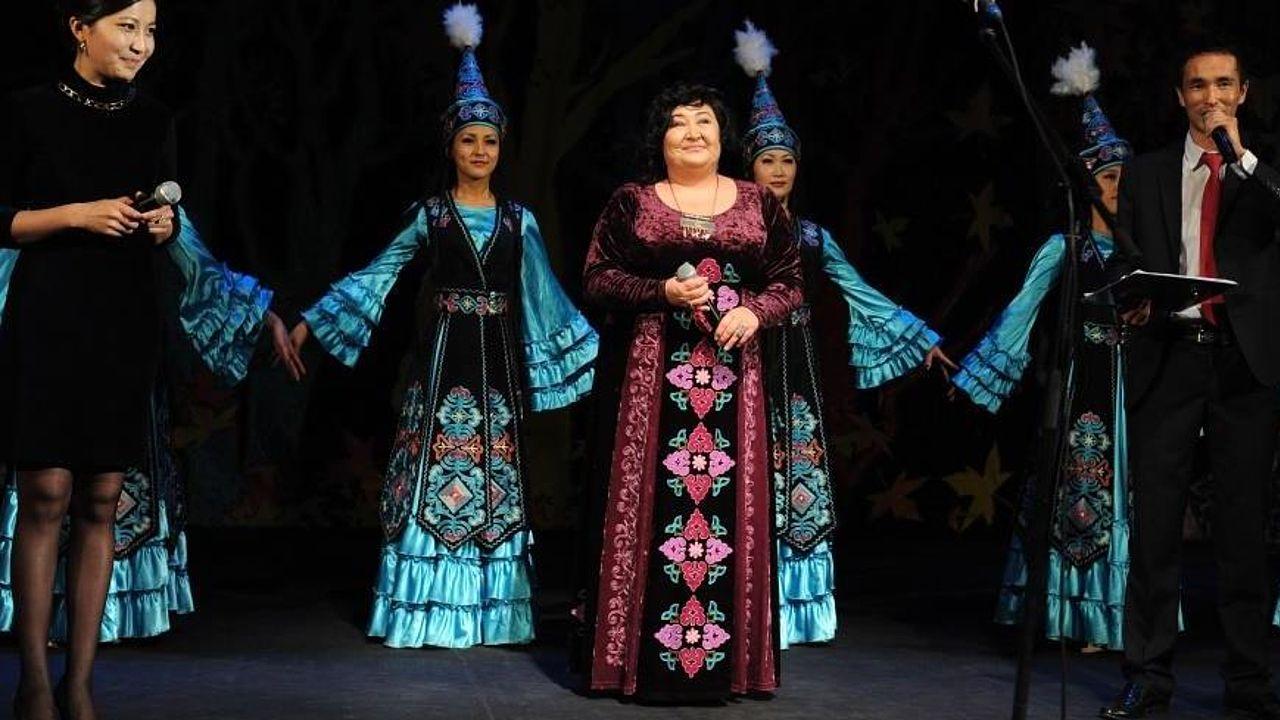 Die Sängerin Gulnara Toigonbaeva bei ihrem Auftritt mit mehreren Frauen in traditioneller Tracht