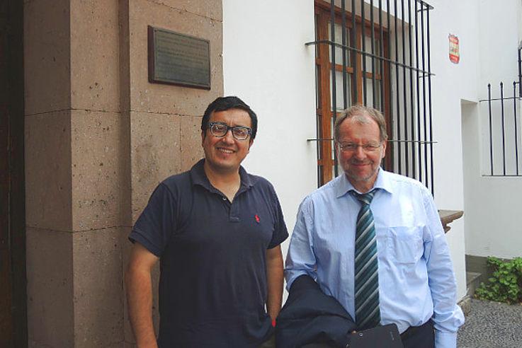Glatzer Tuesta, Direktor des Instituto de Defensa Legal (IDL) mit Peter Witterauf vor einem Gebäude mit vergitterten Fenstern