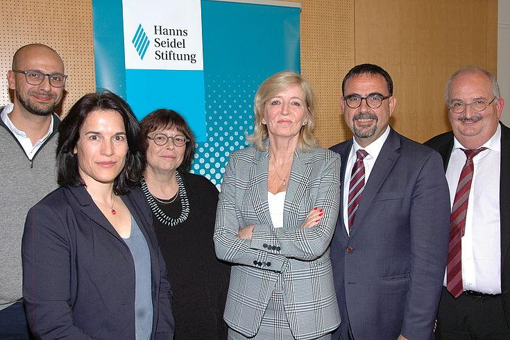 Gruppenbild mit drei Damen und drei Herren vor Hanns-Seidel-Logo