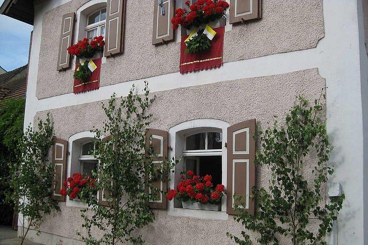 Typischer Hausschmuck an Fronleichnam. In Bayern sind rote Geranien besonders beliebt.
