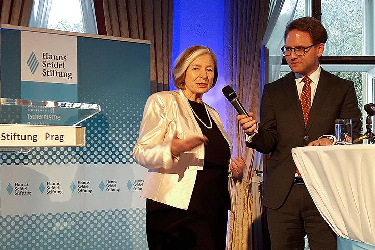"""Ursula Männle im Gespräch mit dem Moderator des Festaktes, Rainer Karlitschek:""""Prag ist sehr wichtig für Bayern und natürlich für unsere Stiftung."""""""