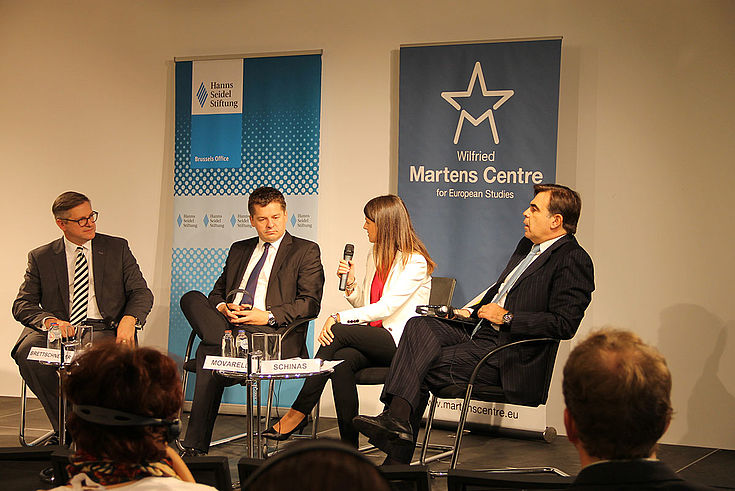 Die Teilnehmer des Panels diskutieren in Brüssel. HSS-Roll-ups stehen im Hintergrund.