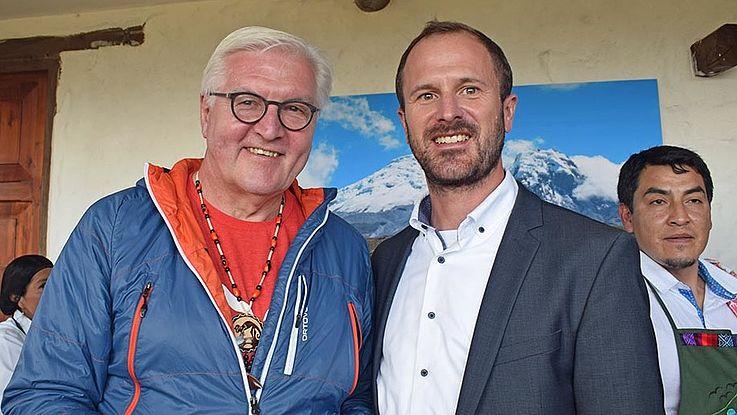 Steinmeier, in legerer Freizeitkleidung und HSS-Projektleiter Fleischhauer lächeln in die Kamera.