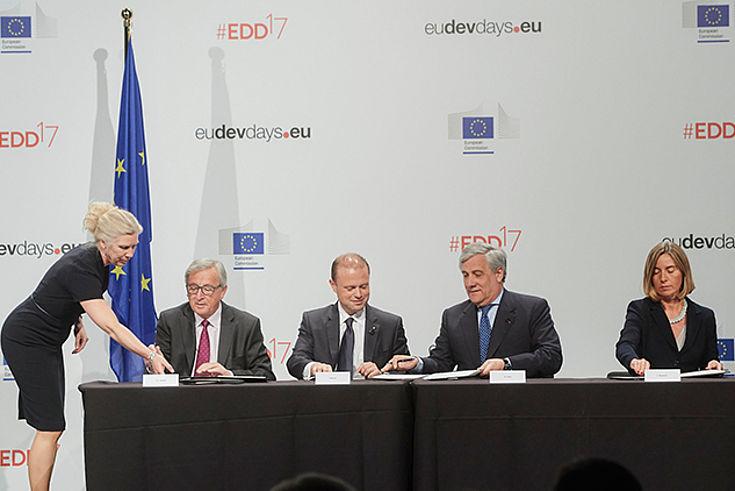 Der Neue Europäische Konsens wird unterzeichnet von Jean-Claude Juncker, Joseph Muscat, Antonio Tajani, Federica Mogherini