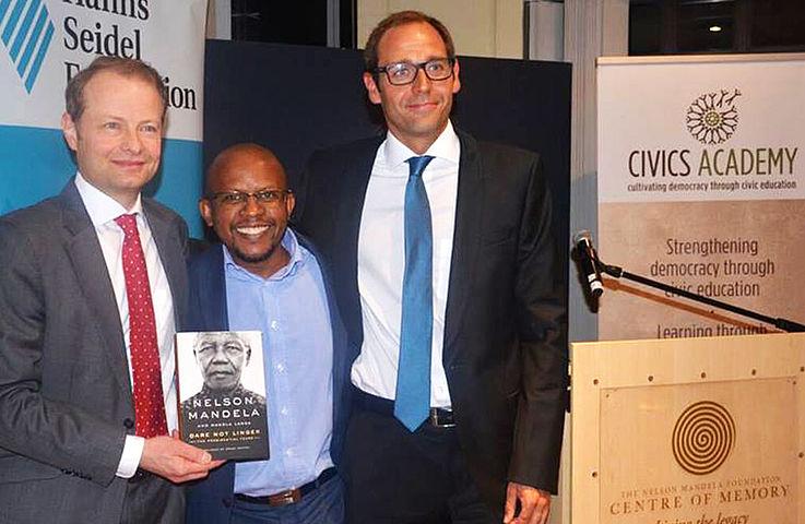 Hanns Georg Bühler (rechts) war seit 2011 im Institut für Internationale Zusammenarbeit der Hanns-Seidel-Stiftung zuständig für Süd- und Südostasien, wo er Projekte der Entwicklungszusammenarbeit in der Region verantwortete. In Südafrika wird er jetzt unter anderem für Projekte zur Demokratisierung, zur ökonomischen Entwicklung und für die Förderung des zivilgesellschaftlichen Dialogs verantwortlich sein.