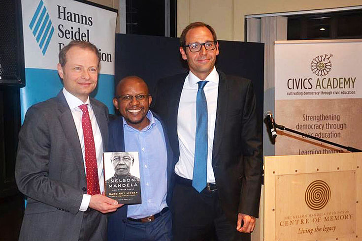 Sieben Jahre lang verantwortete Dr. Wolf Krug (links) die Projekte der Hanns-Seidel-Stiftung im südlichen Afrika. Während des Besuches der Delegation in Gauteng wurde sein Nachfolger, Hanns Bühler (rechts), eingeführt.